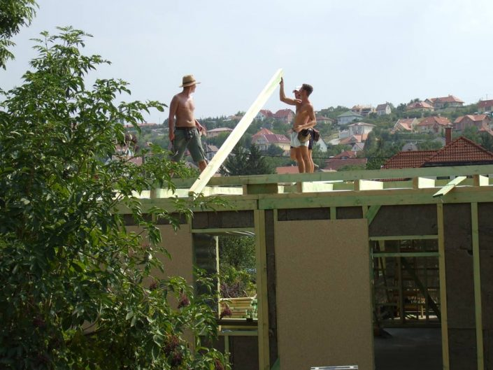 Végre megkezdődhet a tető építése